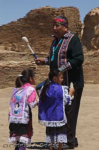 Cyrus and young Acoma girls (Chaco 2008)_DSC_5996